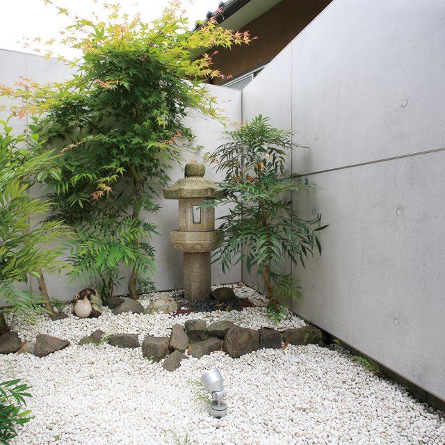 コンクリートの打放し柄を使った和モダン空間。灯籠や狸との組み合わせが楽しい