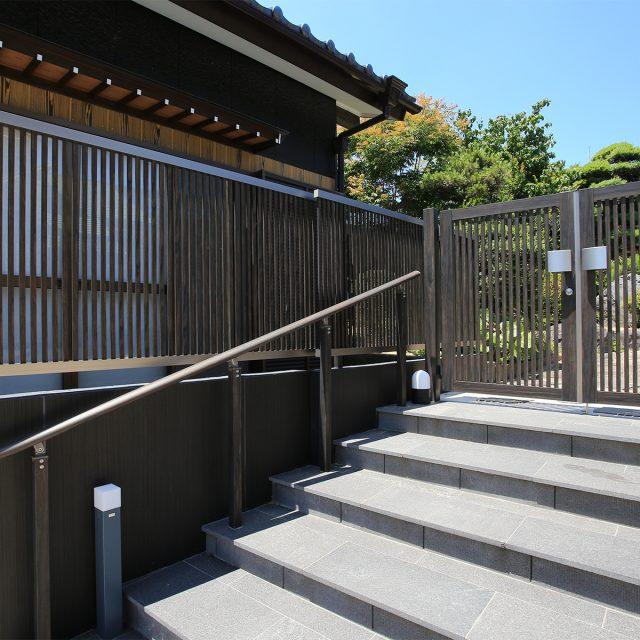 門まわりを木目調のエバーアートウッドでトータルコーディネート