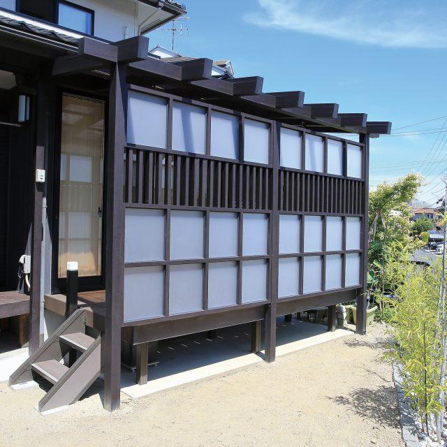 建物の躯体に隣接して自立する壁寄せタイプ。和モダンな京町家かきちゃ