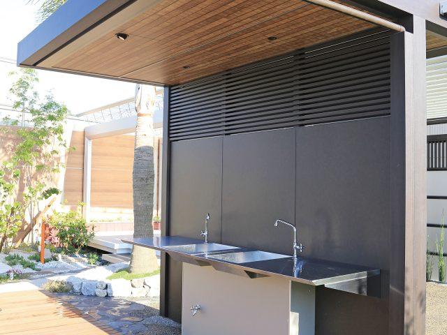 屋外キッチンの軒天井に存在感のある和柄のなぐりを使用