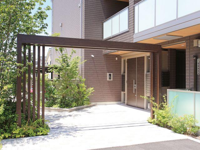 集合住宅のエントランスをフレームでデザインする