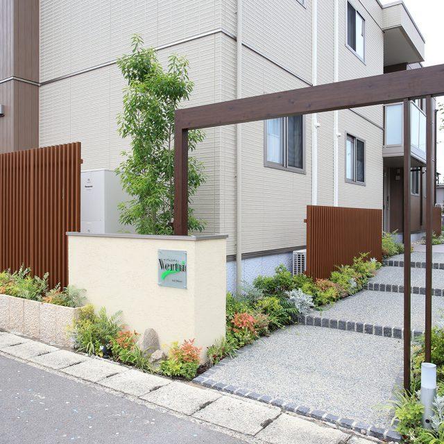 集合住宅のエントランスを創作的なつくりでお出迎えします