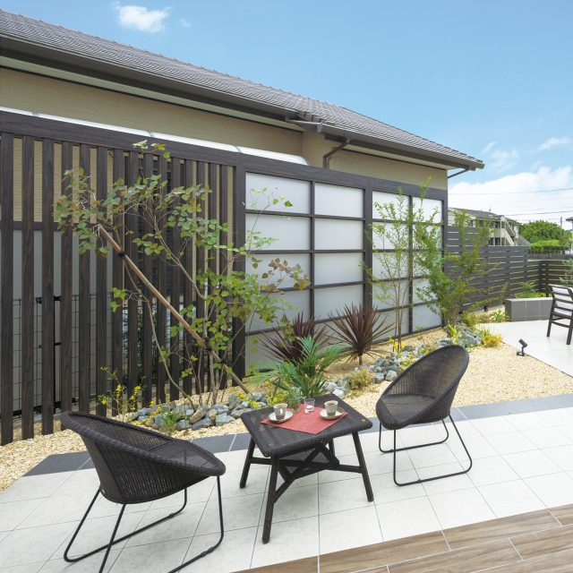 人工ラタン素材でお手入れも簡単。シンプルなデザインの庭座シリーズ