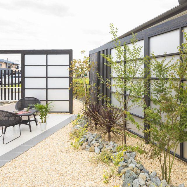 空間を仕切り、光をとりつつ庭をデザインする