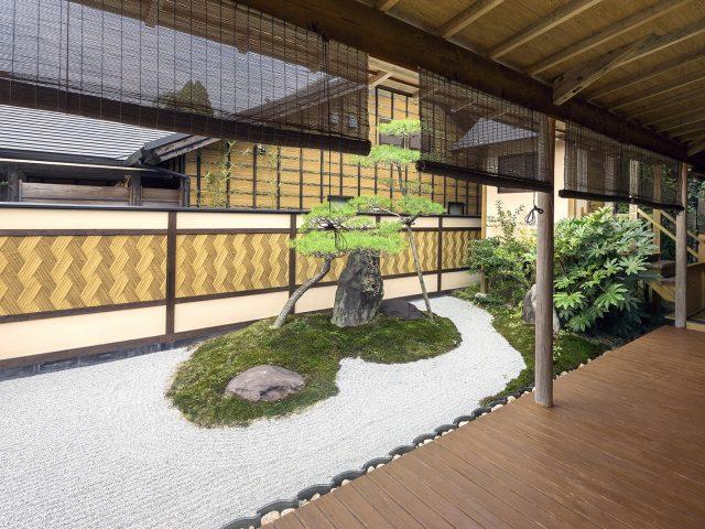 京庵あじろボード特有の斜めに編み込まれた立体感と色使いが、風情のある和風庭園の良いアクセントに