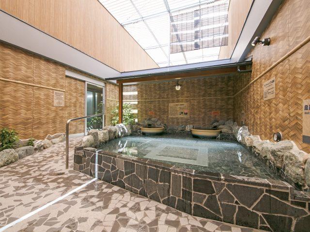 浴室の壁面を伝統的な和柄でつくる。誰もがくつろげる空間へ
