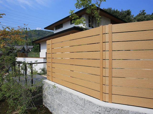 境界用の目かくしとして木製フェンスのような温かみのある印象に