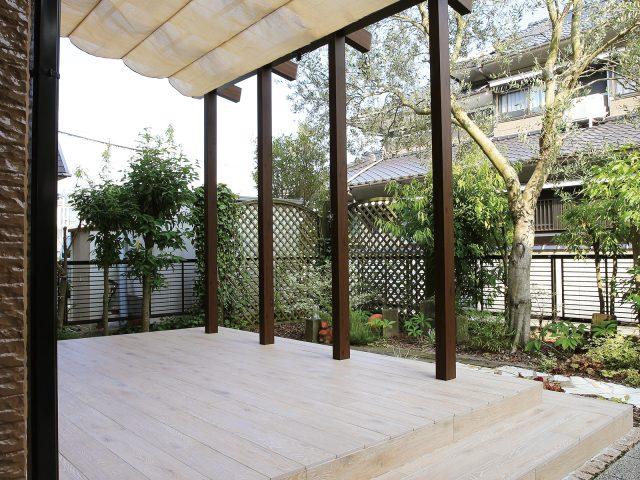 前面、側面パネルがなく、屋根を前柱で支えたオープンテラスタイプ