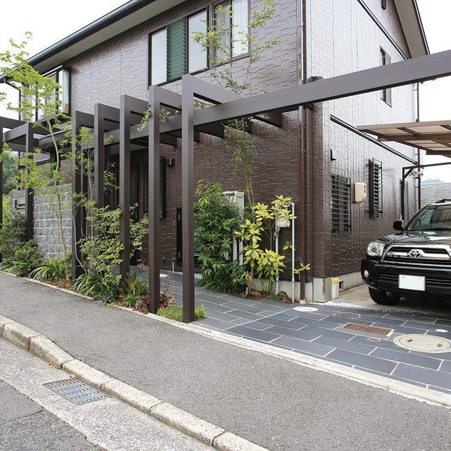 住宅のフロントヤードをフレームでデザイン。魅力のあるデザイン性の高いフロントヤードを演出