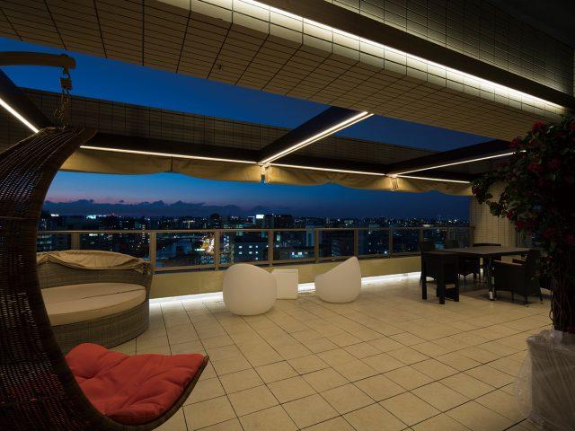 ホームヤードルーフⅡにライトをコーディネート 夜でもくつろぎの空間で過ごせます