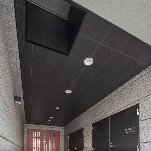 集合住宅の玄関内天井にエバーアートボードを採用