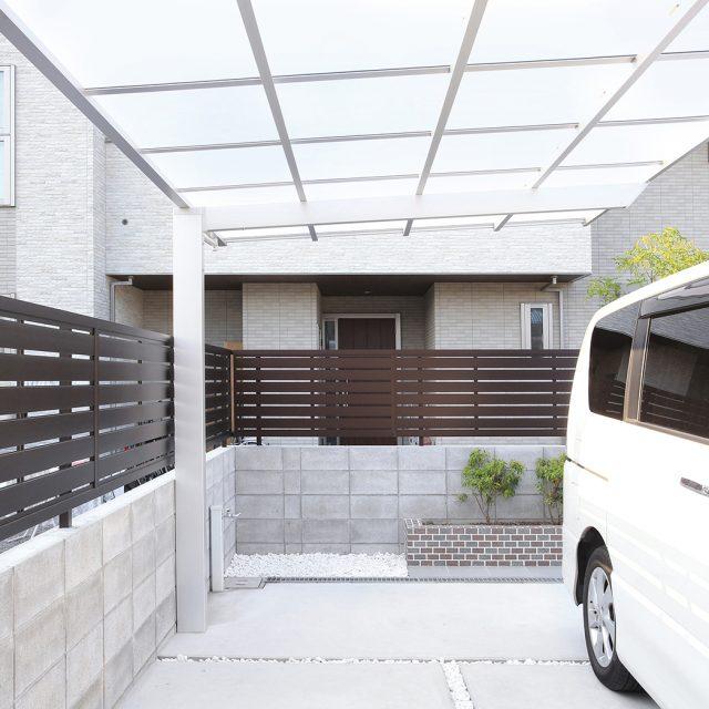 車庫まわりに光沢のある深い色合いのエバーアートフェンスで目かくし