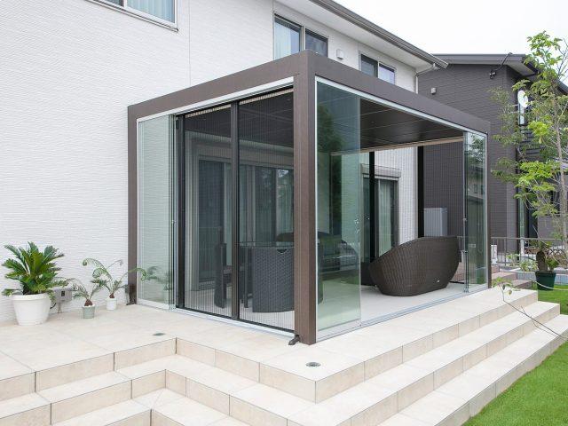 オプションの網戸を付けることにより、ガラス開放時の虫の侵入を防ぎます
