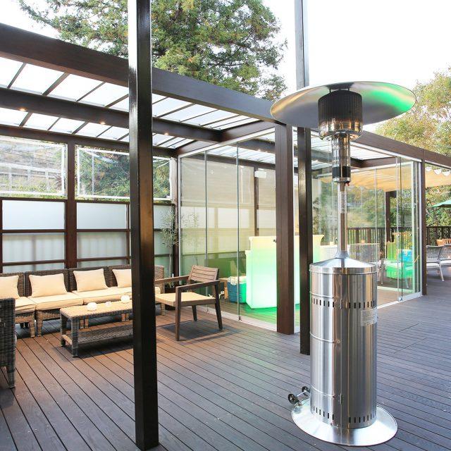レジャー・宿泊施設にホームヤードルーフ屋根ダブル仕様/オールグラスポーチ スライドシステム/ロープ式開閉シェードを使用