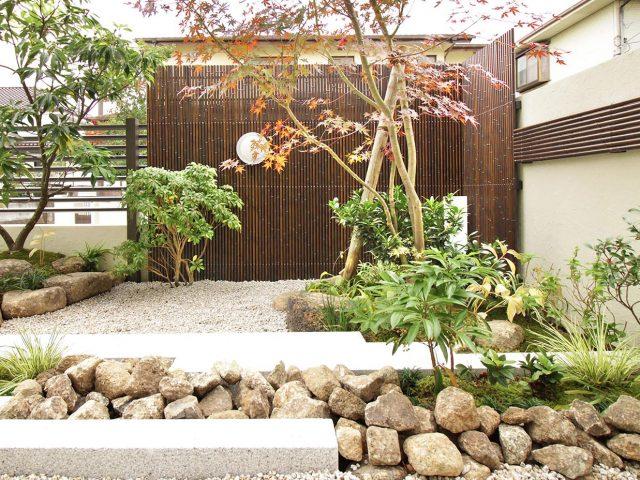 エコ竹を使った創作垣。モダンな外観からは想像のつかない和風の庭に
