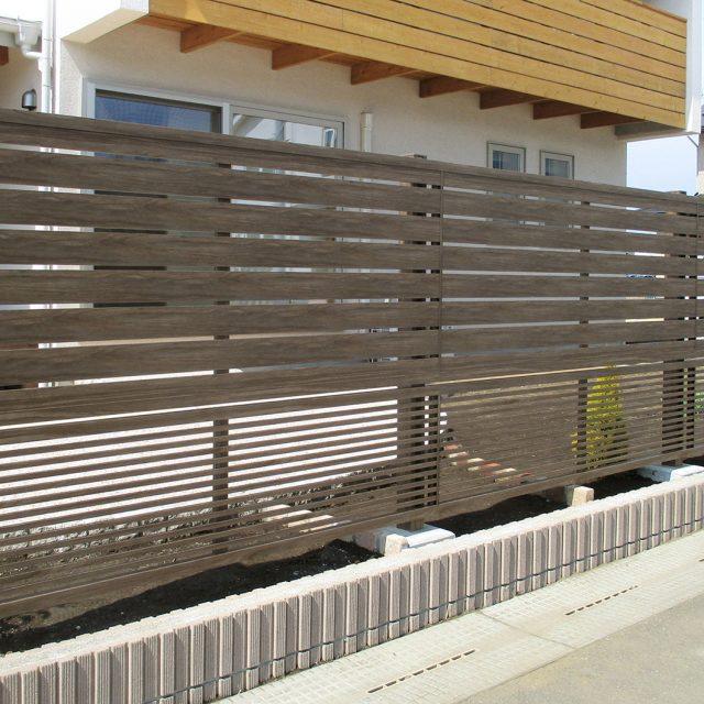 上下で異なるデザインを組み合わせた多段フェンス