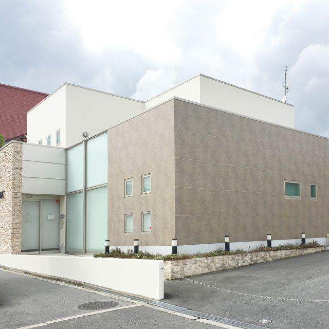 医療・福祉施設の外壁にエバーアートボード スレート色を採用