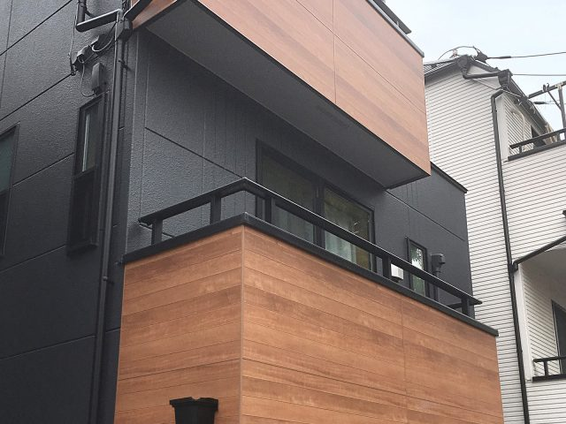外壁のアクセントに、エバーアートボードを使用することで、デザイン性の高い外構に