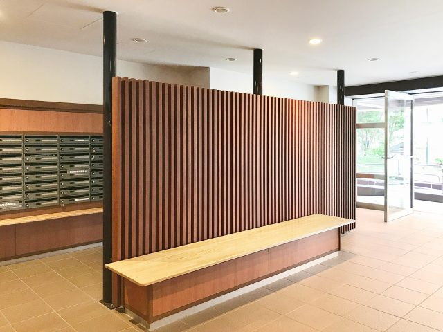 木目調の格子部材でくつろぎの空間を温かい印象に