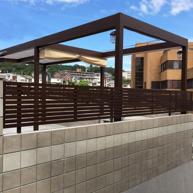 快適な住まいをもたらすために考え抜かれたモダンでシャープなフェンス