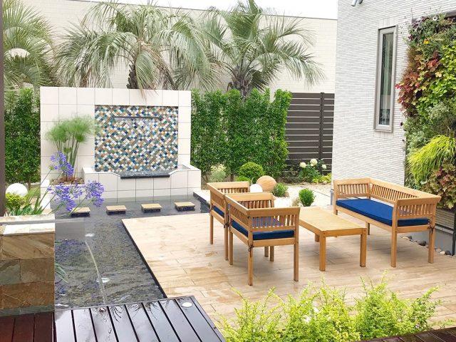 水辺のある中庭。ガーデンファニチャーでくつろぎの空間に