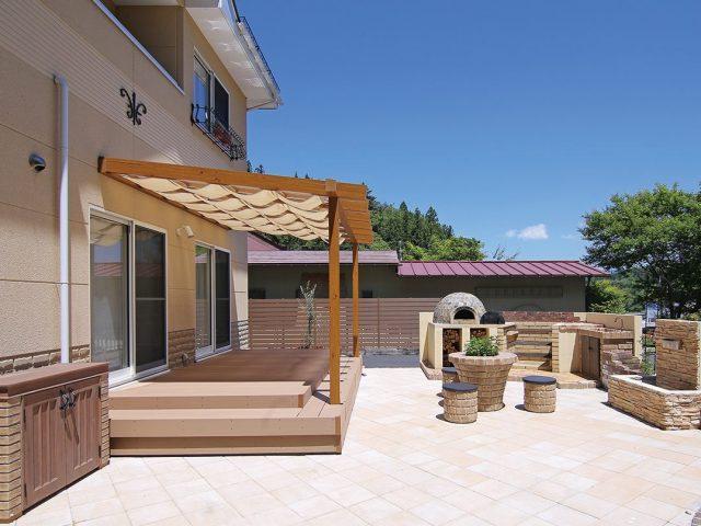 広いテラスにシェードと屋根を付けることで、より快適な空間になりました