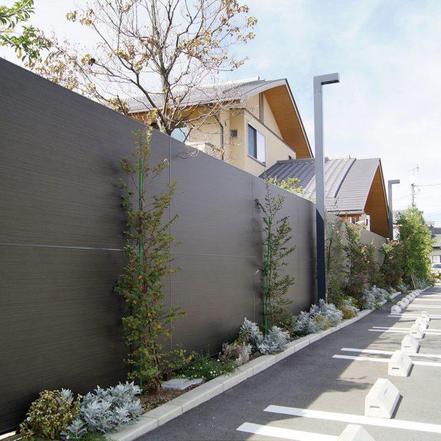 商業施設の駐車場にエバーアートボードフェンスを使って景観にも配慮