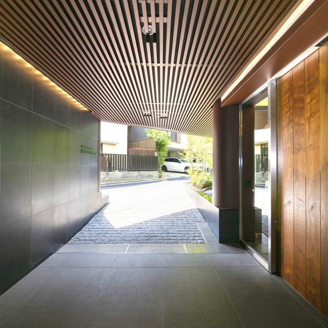 駐車スペースへの通路の天井材にエバーアートウッド格子部材を使って