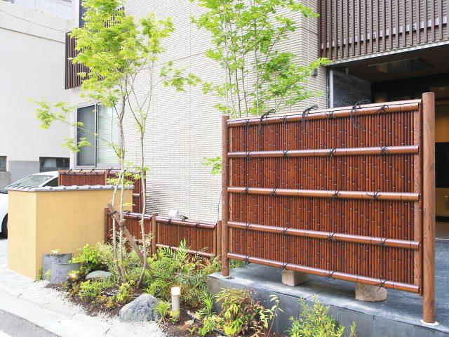 集合住宅の目かくしに。すす竹の落ち着いた色合いが植栽とも調和します