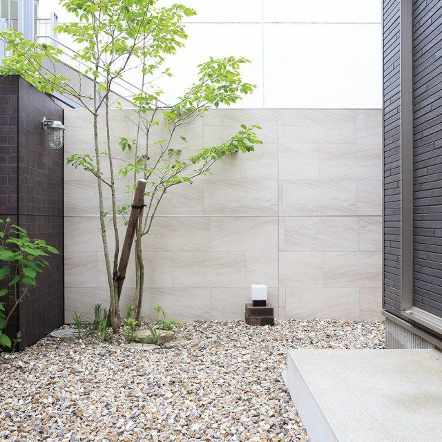 高級感のある、石柄の壁面が美しい