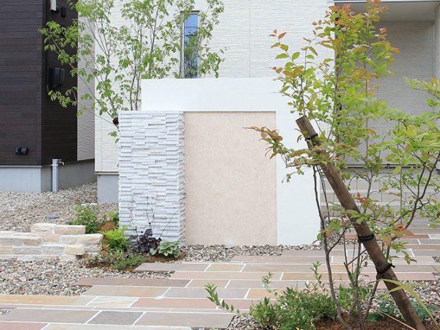 ブロックに石柄のエバーアートボードを組み合わせて門袖をデザイン
