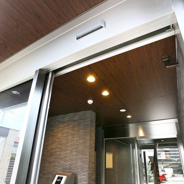 ダークパインのカラーを天井材に使って落ち着いた空間をつくります