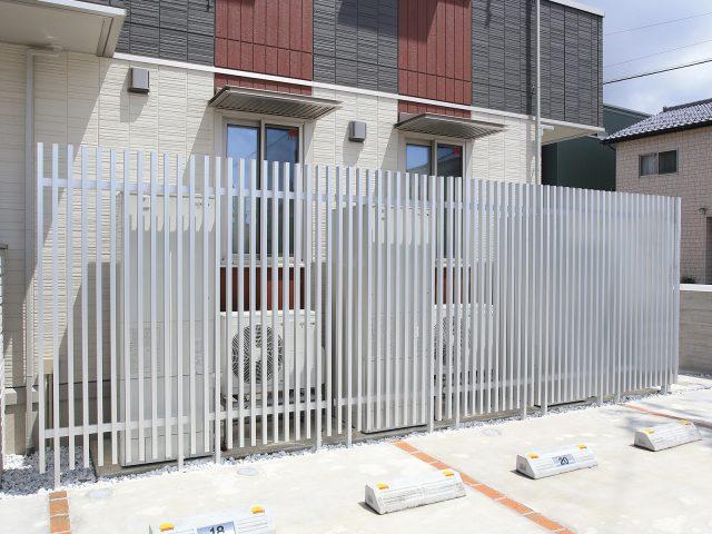 メンテナンス時は柱からフェンスが取り外せる、脱着式千本格子足付ユニット