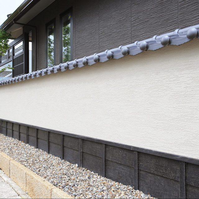 白い塗り壁のアクセントとして、下見塀ボードを使用。泥はねによる汚れ対策にもなります