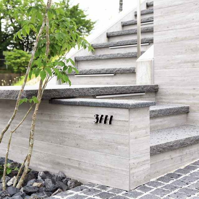 杉板目コンクリートを忠実に再現した壁面用タイル