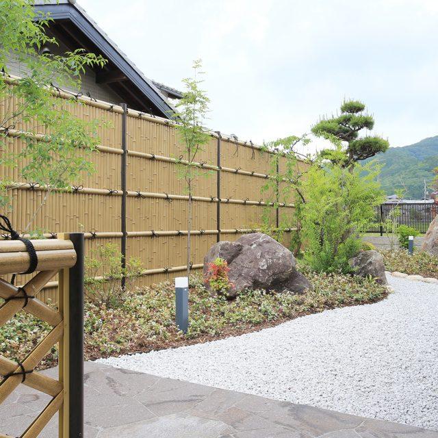 趣ゴマ竹の味わい深い表情が、日本家屋の庭に溶け込む