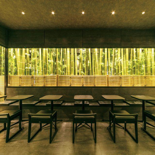 人工の青竹や、アル銘竹を使って竹林の世界を演出。照明の効果と合わさり驚きのおもてなしに