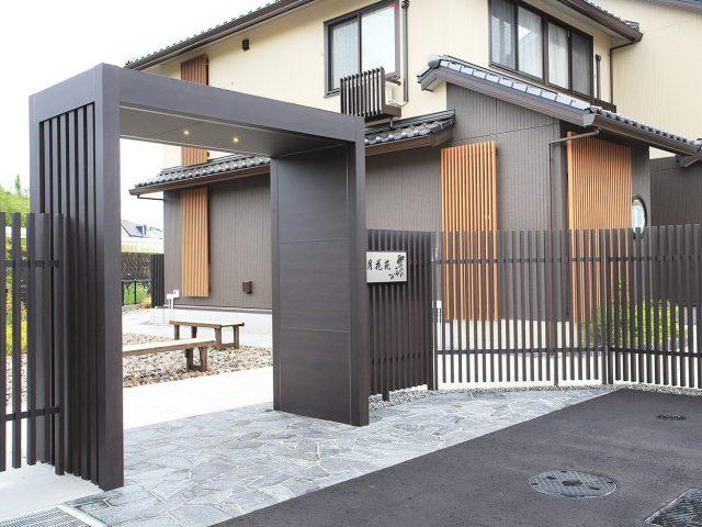 ホームヤードルーフ 京町家シリーズの落ち着いたカラーで和モダンな門まわりに