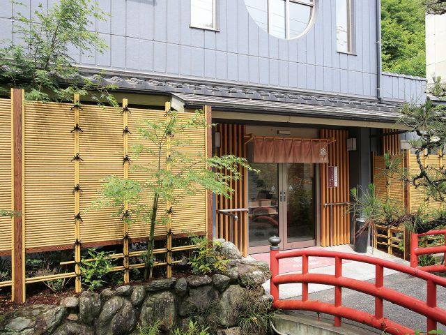 こだわり竹を1本ずつ横組みして作るみす垣で、お店の外観に和の趣を