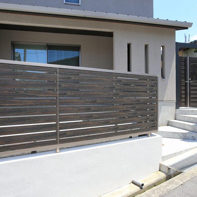 フェンスの枠材にステンカラーを使用。フェンス全体のデザインが引き締まります