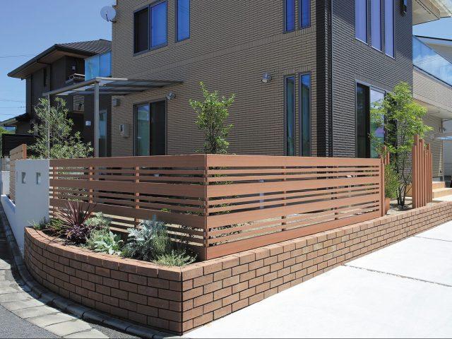 銘木材のジャラをリアルに再現。玄関まわりから庭まわりまで同一部材でデザイン