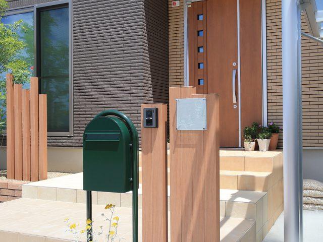 建物とカラーコーディネート。スリットフェンス用格子材でつくる門柱
