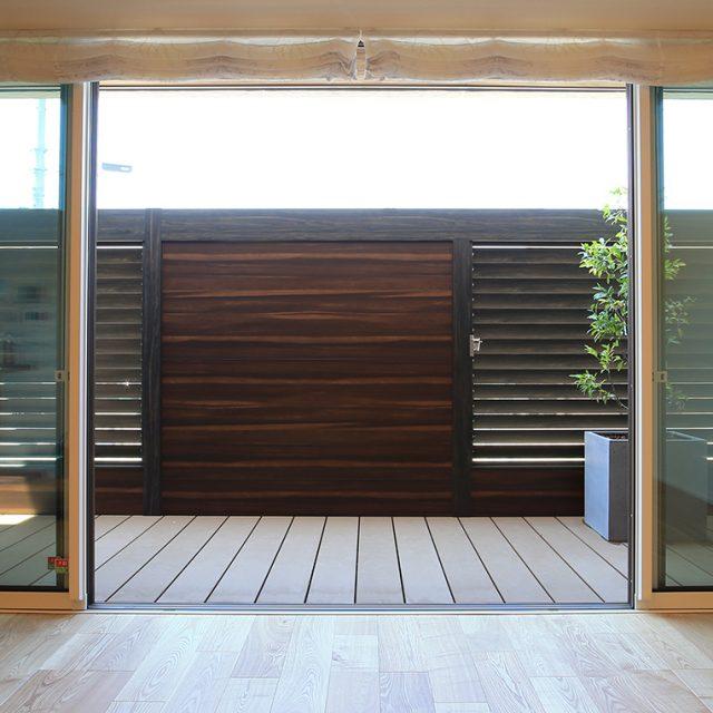 角度が調整可能な可動ルーバーフェンス。光や風が通るお庭に