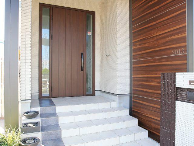 玄関ドアに合わせて玄関まわりをカラーコーディネート