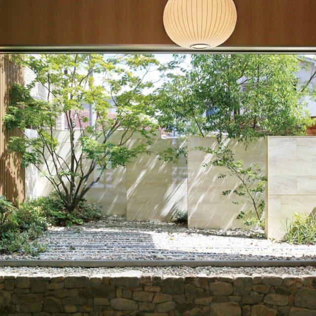 石材の重厚感に植栽の緑が優しく溶け込むガーデンデザイン