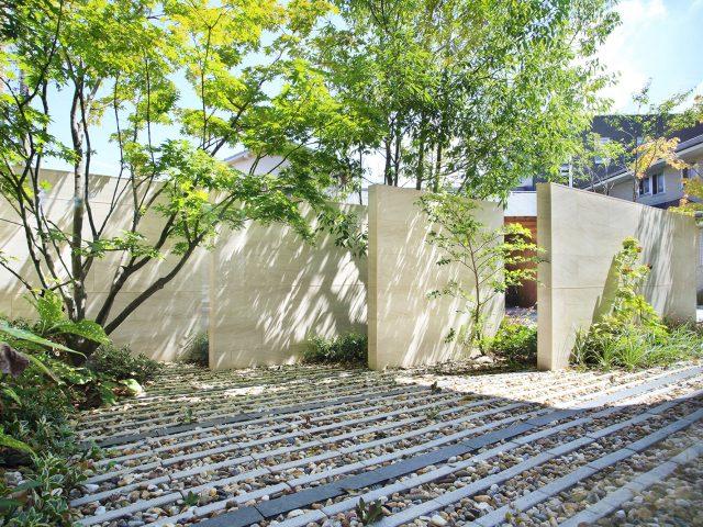 間隔をあけて配置した壁が目かくしと風通しをデザイン