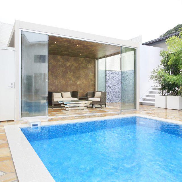 プールサイドで存在感を発揮するガラスの庭ハウス