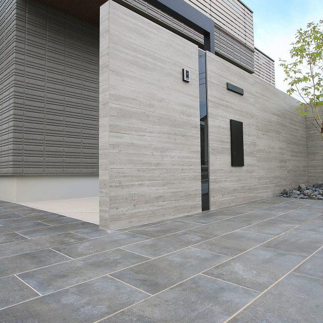 壁貼り用の杉板目調タイル。存在感のあるコンクリートの表情を再現したセラ ウォール