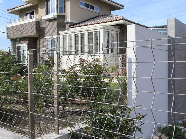 境界用のフェンスとして。落ち着いたカラーのステンカラーは建物全体と調和します