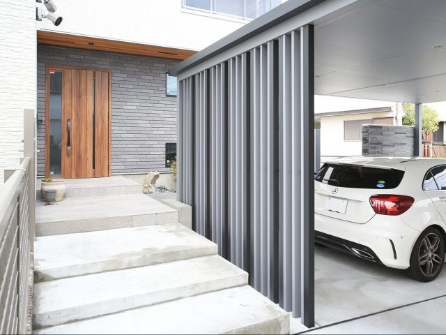 玄関アプローチと駐車スペースの境界にホームヤードルーフ スリットでスタイリッシュな空間に